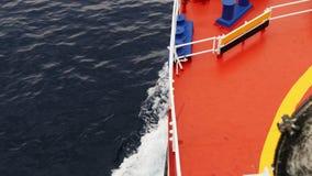 Vista da curva do barco quando mover-se rápido sobre a água video estoque