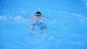 Vista da dietro di giovane ragazzo che salta nella piscina archivi video