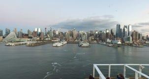 Vista da doca às construções em New York, turistas no navio de cruzeiros que tem uma boa estadia e que olha New York vídeos de arquivo
