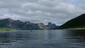 A vista da doca ao barco bonito do fiorde navega no filme