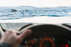 Vista da driver& x27; sedile di s sopra gli iceberg nella laguna al tramonto, Islanda di Jokulsarlon fotografie stock