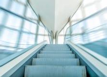 Vista da escada rolante no centro de negócio no movimento. Imagens de Stock