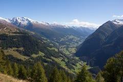 Vista da estrada alpina alta de Grossglockner para baixo no vale Fotos de Stock Royalty Free