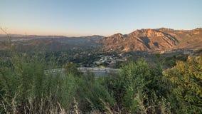 Vista da estrada de Piuma e da garganta curvadas de Malibu durante o por do sol em Santa Monica Mountains National Recreation Are imagem de stock