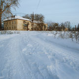 Vista da estrada do inverno e da casa bege dois-storeyed velha imagem de stock royalty free