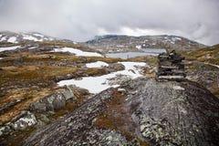 Vista da estrada nacional 55 Sognefjellsvegen do turista no wea enevoado Fotos de Stock Royalty Free