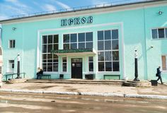 Vista da fachada da estação de ônibus em Pskov Fotografia de Stock Royalty Free