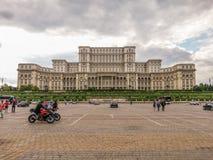 Vista da fachada velha do arhitecture do quadrado de Constitutiei, Bucareste Imagem de Stock