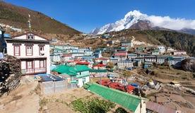 Vista da feira de Namche e do thamserku da montagem Imagens de Stock