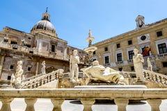 A vista da fonte na praça Pretoria em Palermo sicília fotos de stock