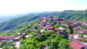 Vista da fortaleza antiga em Sighnaghi, Geórgia Uma ideia de cima da paisagem da cidade e das montanhas E filme