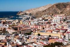 Vista da fortaleza de casas mouros e de construções ao longo do porto de Almeria, Espanha Imagens de Stock