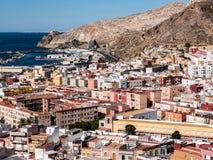 Vista da fortaleza de casas mouros e de construções ao longo do porto de Almeria, Espanha Fotos de Stock