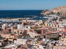 Vista da fortaleza de casas mouros e de construções ao longo do porto de Almeria, Espanha Foto de Stock
