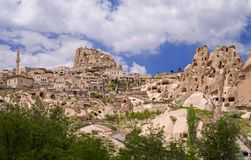 Vista da fortaleza de Uchisar e de Uchisar do vale do pombo Cappadocia, imagem de stock royalty free