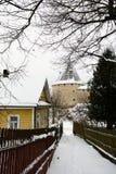 Vista da fortaleza em Staraya Ladoga, Rússia, do lado da rua da vila fotografia de stock
