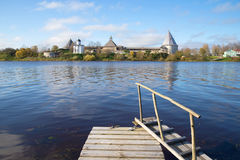 Vista da fortaleza velha de Ladoga do banco de rio direito Volkhov na tarde de outubro Região de Leninegrado fotografia de stock