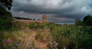 Vista da fortaleza velha em um dia nebuloso, Crimeia imagem de stock royalty free