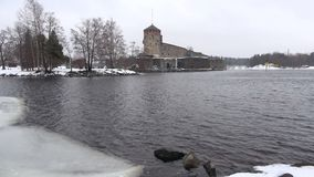 Vista da fortaleza velha Olavinlinna, dia de março Savonlinna, Finlandia vídeos de arquivo