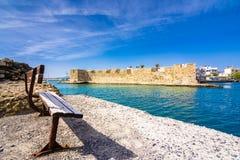 Vista da fortaleza Venetian das couves na entrada ao porto, Ierapetra, Creta imagem de stock