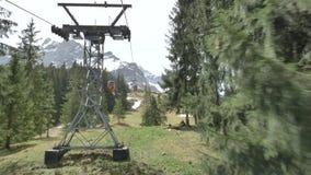 Vista da gôndola do teleférico que move-se na área da lucerna do lago de montanhas de Pilatus em cumes suíços em Suíça vídeos de arquivo