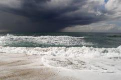 Vista da grande tempestade no mar Forte vento e ondas grandes com gotas do respingo sob o céu escuro Alanya, Turquia Fotos de Stock