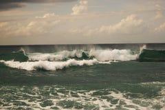 Vista da grande tempestade no mar Forte vento e ondas grandes com gotas do respingo sob o céu escuro Alanya, Turquia Imagem de Stock Royalty Free