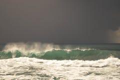 Vista da grande tempestade no mar Forte vento e ondas grandes com gotas do respingo sob o céu escuro Alanya, Turquia Imagem de Stock