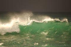 Vista da grande tempestade no mar Forte vento e ondas grandes com gotas do respingo sob o céu escuro Alanya, Turquia Fotografia de Stock