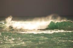 Vista da grande tempestade no mar Forte vento e ondas grandes com gotas do respingo sob o céu escuro Alanya, Turquia Fotografia de Stock Royalty Free