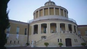 Vista da igreja antiga perto do lago Garda em Itália, na religião e na fé, sightseeing video estoque