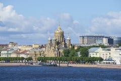 Vista da igreja da suposição da Virgem Maria abençoada no cais do tenente Schmidt St Petersburg Foto de Stock