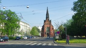 Vista da igreja de Jan Amos Komensky Dia de Sunny April Brno, república checa vídeos de arquivo