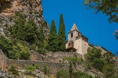 Vista da igreja de Notre-Dame de Beauvoir entre penhascos e escadaria da rocha fotografia de stock