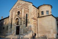 Vista da igreja de Santo Stefano e de sua lanterna, Verona, Ven imagem de stock royalty free