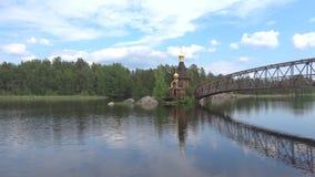 Vista da igreja de St Andrew, manhã Região de Leninegrado, Rússia filme