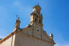 Vista da igreja de St Nicholas Franciscan Monastery na cidade de Prcanj, Montenegro fotografia de stock