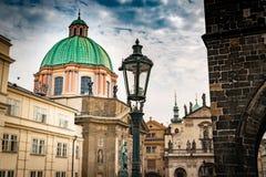 Vista da igreja de SV Salvator, quadrado do namesti de Krizovnicke, em Praga foto de stock