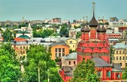 Vista da igreja do esmagamento em Yaroslavl, Rússia imagens de stock
