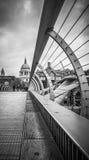Vista da igreja do St Pauls da ponte do milênio Fotos de Stock Royalty Free
