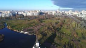 Vista da igreja do vídeo aéreo de St George e de parque de Pulkovsky St Petersburg, Rússia filme