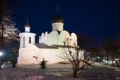 Vista da igreja medieval da manjericão o grande na noite do monte em fevereiro Pskov, Rússia Fotografia de Stock
