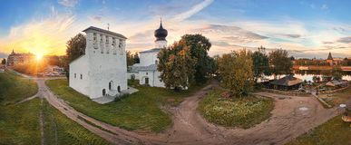 Vista da igreja da suposição e o Kremlin em Pskov imagem de stock royalty free