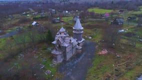 Vista da igreja velha de Dmitry Solunsky, nivelando o vídeo aéreo Região de Leninegrado, Rússia video estoque