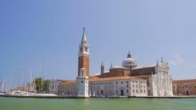 Vista da igreja velha de San Giorgio Maggiore do barco da excursão, sightseeing, Veneza video estoque