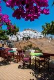 Vista da ilha de Astypalaia de um café colorido Foto de Stock Royalty Free