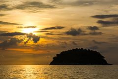 Vista da ilha de Koh Pu no por do sol da praia de Kata Phuket, Tailândia fotos de stock