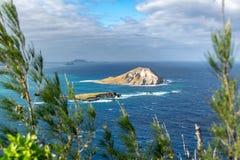 A vista da ilha de Nana do  da ilha MÄ do coelho, uma ilhota desinibido encontrou 1 2 quilômetros fora da praia do  de KaupÅ &  imagem de stock royalty free