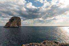 Vista da ilha Itália de Capri, com alguns barcos na água perto de Faraglioni Fotografia de Stock Royalty Free