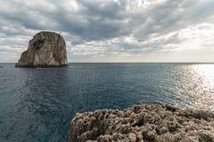 Vista da ilha Itália de Capri, com muitos barcos na água Imagens de Stock Royalty Free